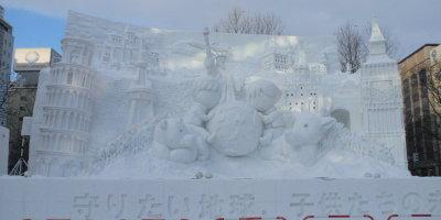 大雪像「守りたい地球、子供たちの未来」