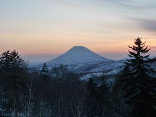 夕暮れの中山峠からの羊蹄山遠景
